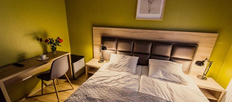 Eskapada - pokój 2 - łózko w świetle lampek nocnych