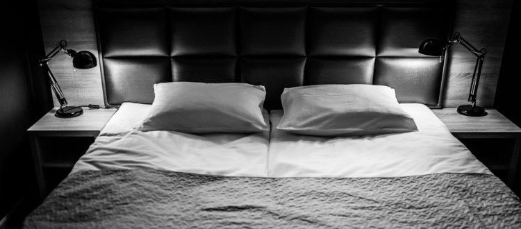 Eskapada-pokój 5-łózko-zdjęcie w oświetleniu lampek nocnych