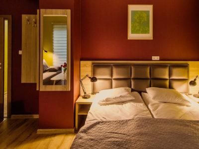 Eskapada - pokój 3 - łóżko w świetle lampek nocnych