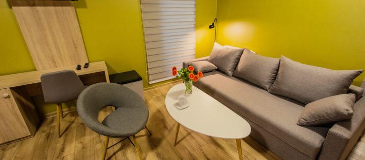 Eskapada - pokój 3 - kanapa i stolik kawowy