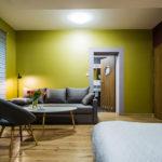Eskapda- pokój 3- widok z biurkiem i lodówką