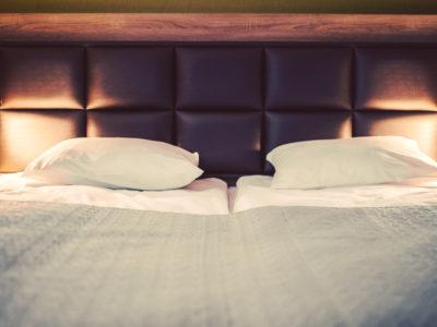 Eskapada -pokój 7-łóżko w świetle lampek nocnych