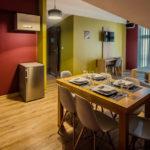 Eskapada - apartament 4 - stół i aneks kuchenny