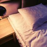 Eskapada - pokój 5-łóżko i w świetle lampek nocnych