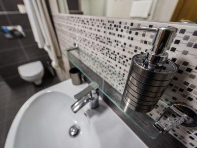 Eskapada -łazienka-detal-zbliżenie na dozownik na mydło