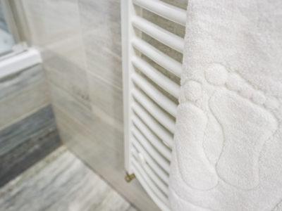 Eskapada -łazienka-detal z dywanikiem przed prysznic
