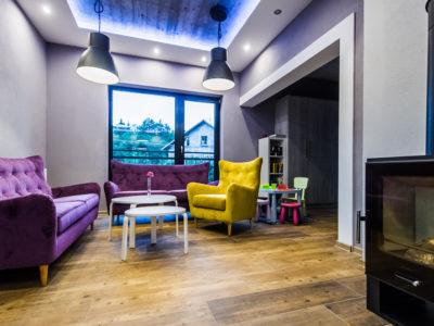 Eskapada - sala bankietowa piętro-kącik wypoczynkowy i kominek